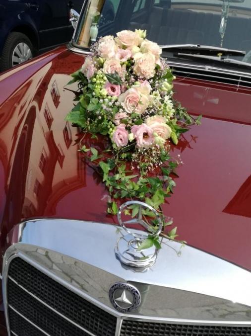 Blumendeko auf Motorhaube